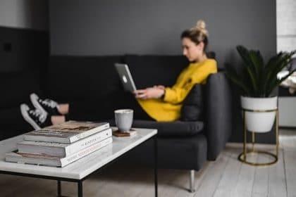 Sohvalla istuva nainen